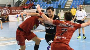 Un momento del partido entre el Sinfín y el Huesca