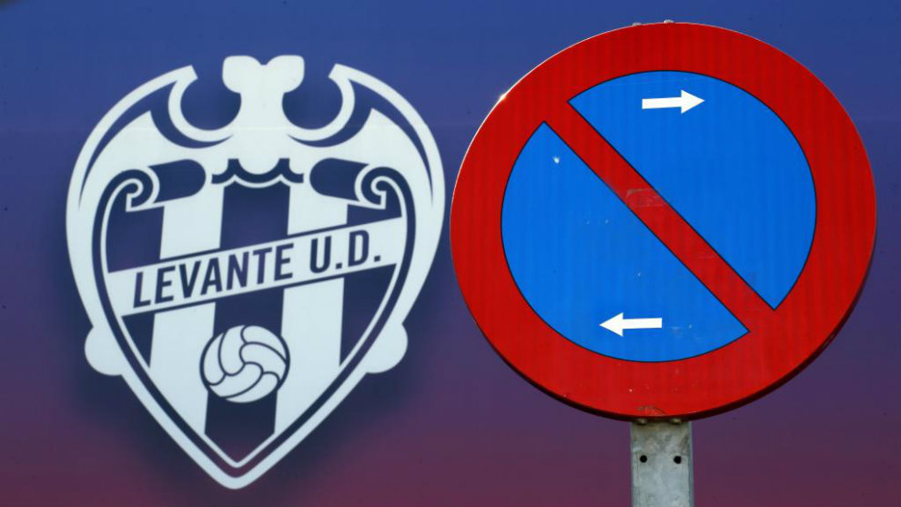 Escudo del Levante en la fachada del Ciutat de València.