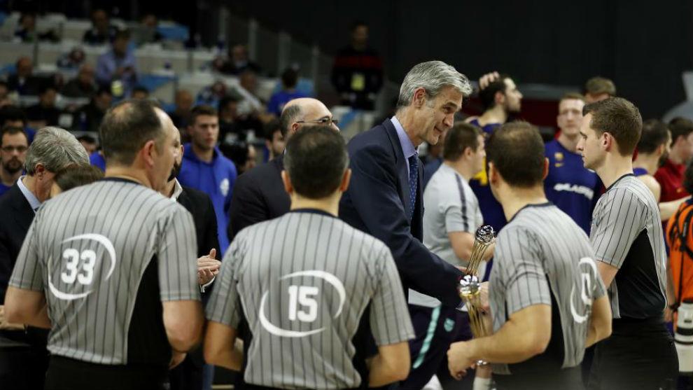 Antonio Martín, entregando a los árbitros de la final una réplica...