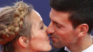 Djokovic y su mujer, Jelena, se besan en la alfombra roja de los...