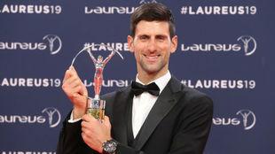 Novak Djokovic posa con el Laureus al Mejor Deportista masculino.