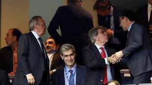 Florentino, junto con Antonio Martín, presidente de la ACB, en el...