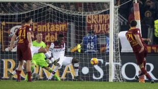 Fazio remata a gol en la acción del segundo tanto de la Roma.