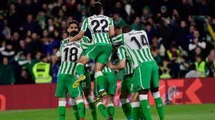 Los jugadores del Betis celebrando el gol ante el Alavés