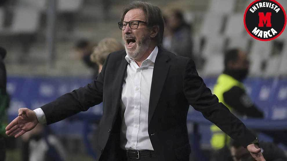 Anquela, gesticulando durante un partido del Oviedo en el Carlos...