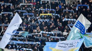 Aficionados de la Lazio animan en un partido.