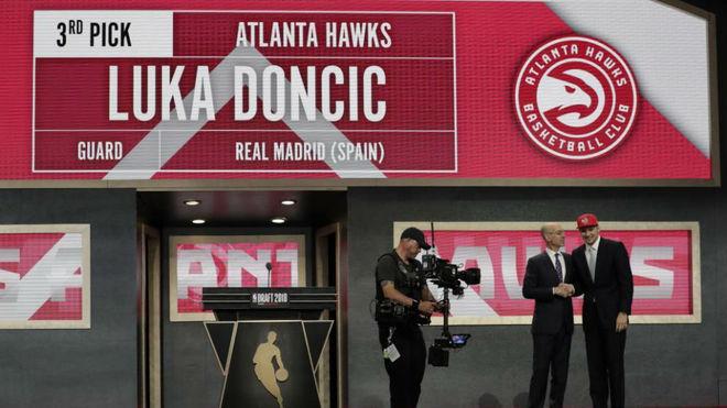 Luka Doncic en el momento que fue elegido por los Hawks en el Draft de...