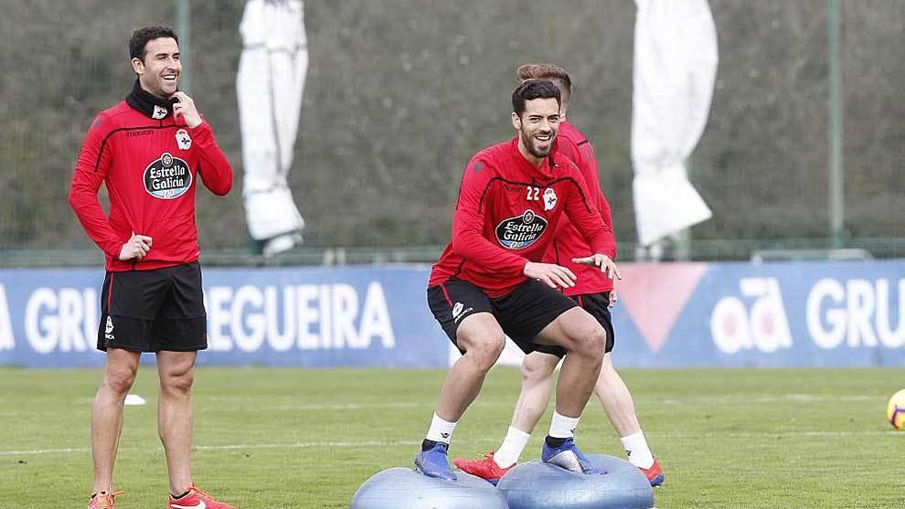 Pablo Marí realiza un ejercicio de equilibrio en un entrenamiento...