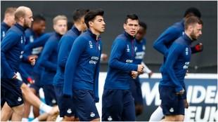 Hirving Lozano, en un entrenamiento con el PSV.