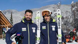 El esquiador Jon Santacana, miembro de Basque Team, con  Miguel...