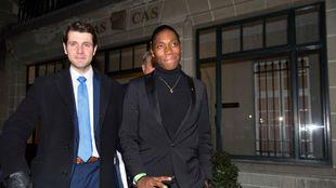 Semenya, con sus abogados, al salir el lunes del TAS