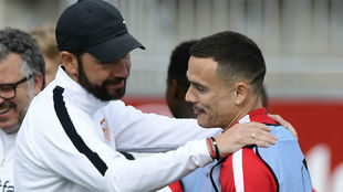 Pablo Machín (43) y Roque Mesa (29) dialogan en un entrenamiento del...