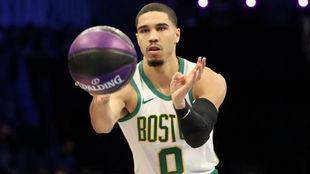 Jayson Tatum participando en el concurso de habilidades de la NBA