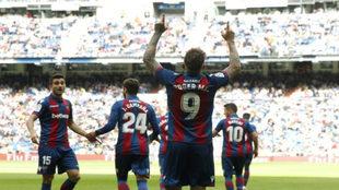 Roger celebra el tanto que anotó este curso en el Bernabéu.