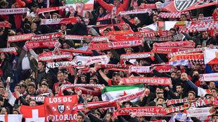 Aficionados sevillistas en el Lazio-Sevilla de la Liga Europa.
