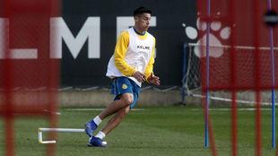 Duarte realiza ejercicios físicos sobre el césped de Sant Adrià.
