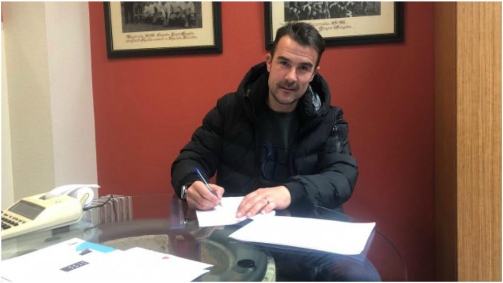 Aritz  López Garai, firmando su renovación