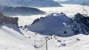 Imagen aérea de una estación de esquí en los Alpes suizos.