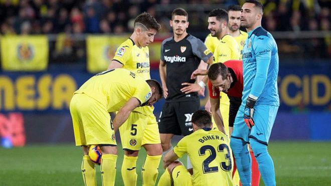 Bonera, en el suelo tras lesionarse en el Villarreal-Sevilla.