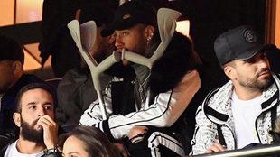 Neymar, con muletas viendo un partido del PSG.