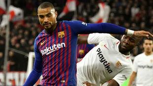Boateng disputa un balón con el sevillista Amadou.
