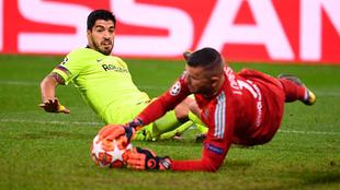 Lopes detiene un balón ante Suárez.