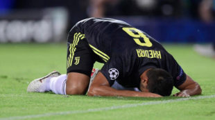 Khedira se lamenta tras un fallo en el Valencia-Juventus.