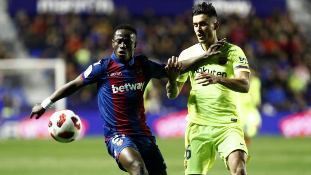 Boateng pelea un balón con Chumi (Barcelona) en el partido de Copa en...