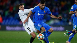 Leandro se lleva un balón un balón ante Cheryshev.