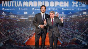 Feliciano López junto a Manolo Santana, director y ex director del...
