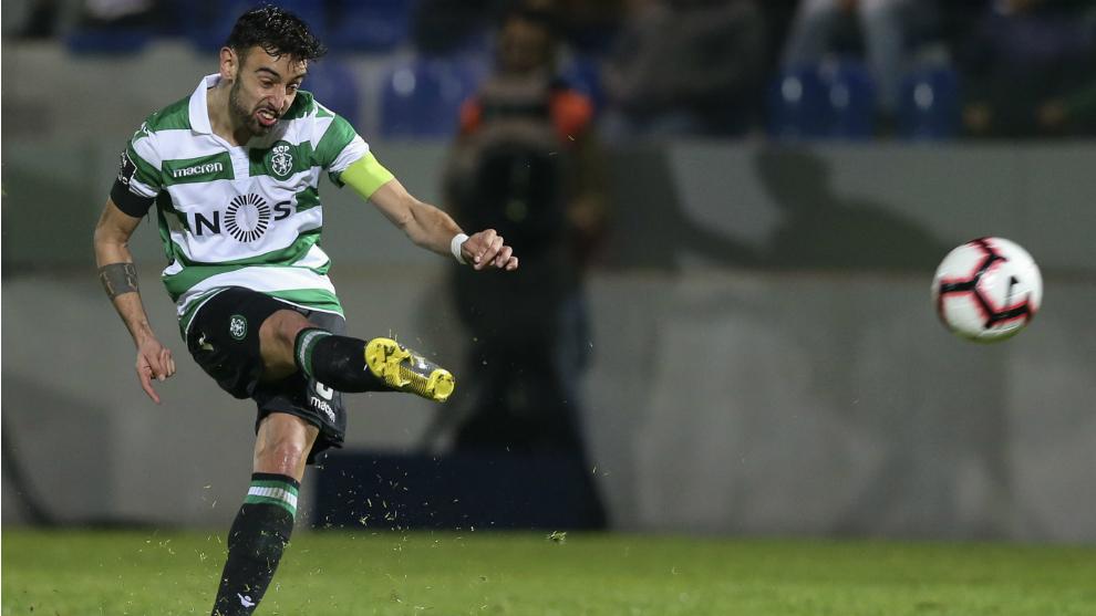 Bruno Fernandes lanza a portería durante un partido con el Sporting...