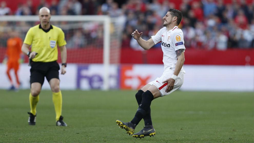 Escudero (29) se lleva la mano al muslo izquierdo tras lesionarse en...