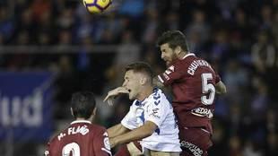 Chus Herrero y Flaño saltan con Jorge durante el partido en Tenerife