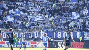 La afición del Málaga volcada con su equipo en un partido ante el...