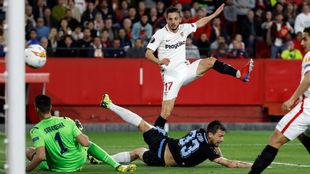 Pablo Sarabia (26) remata a gol en el Sevilla-Lazio de la Europa...