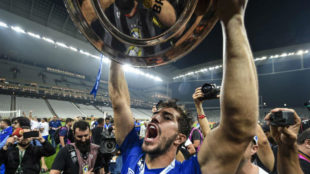 Lucas Silva with the Brazilian Cup that Cruzeiro won last October.