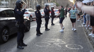 Efectivos de la policía vigilan a los aficionados del Celtic.