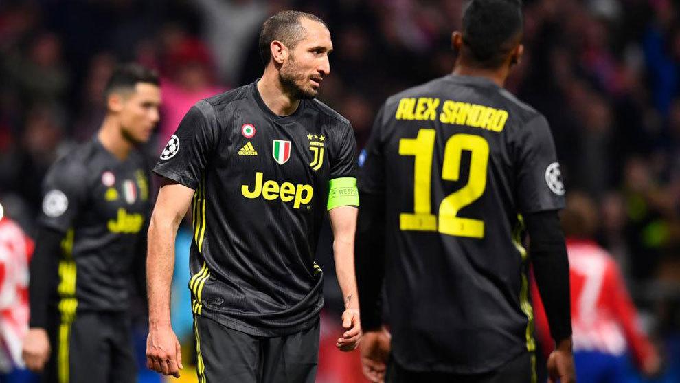 Giorgio Chiellini y Alex Sandro tras recibir un gol en el...