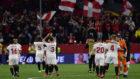 Los jugadores del Sevilla aplauden a su afición tras ganar a la...