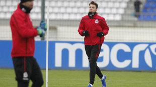 El lateral del Deportivo, Saúl, durante un entrenamiento.