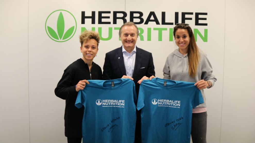Carlos Barroso junto a Amanda sampedro y Olga García en el acuerdo de renovación.