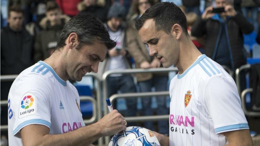 Dorado y Linares firman un balón en su presentación.
