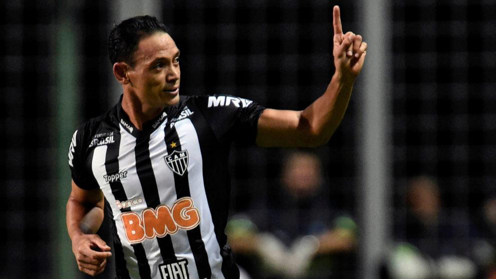 Ricardo Oliveira celebra un gol marcado con el Atletico Mineiro.