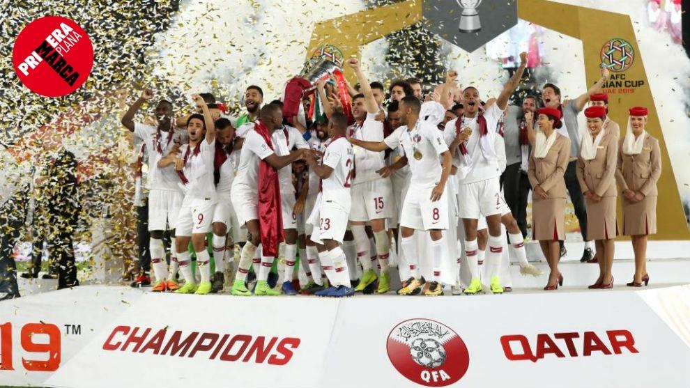 25de0e24d La selección qatarí celebra en el podio su primer título continental