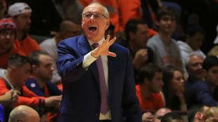 Jim Boeheim dirigiendo a Syracuse en la NCAA