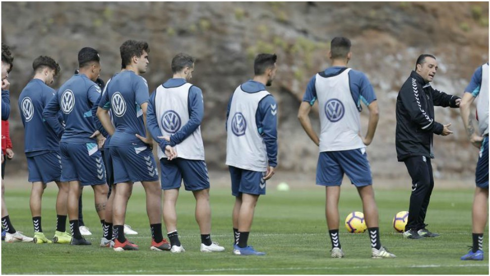 Oltra habla con los jugadores durante un entrenamiento