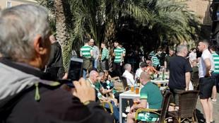 Un viandante graba con un móvil a seguidores del Celtic en Valencia.