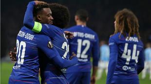 Los jugadores del Chelsea se abrazan tras el gol de Hudson-Odoi