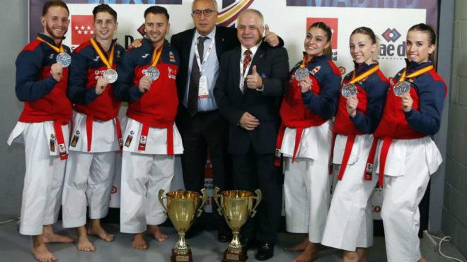 Antonio Moreno (quinto por la izquierda), junto al presidente del COE,...