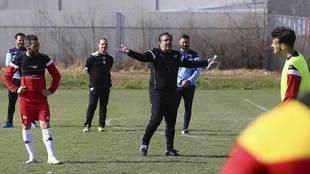 Vilchez, con gesto serio, da instrucciones a sus jugadores esta semana